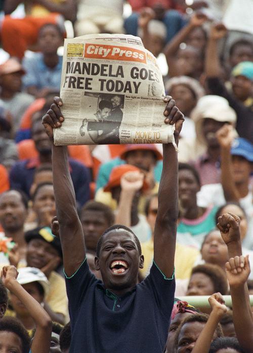 Фотография, сделанная 11 февраля 1990 года, показывает ликующий народ, узнавший об освобождении Нельсона Манделы. Фото: TREVOR SAMSON/AFP/Getty Images