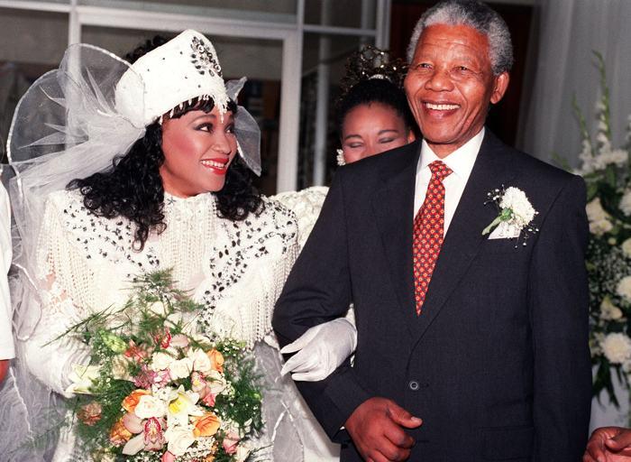 Нельсон Мандела выдаёт замуж свою дочь Дзиндзи, одетую в традиционный наряд комо, 26 октября 1992 года. Фото: WALTER DHLADHLA/AFP/Getty Images