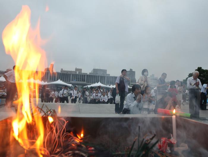 Жители Японии 6 августа 2013 года почтили память более ста тысяч людей, погибших в атомной бомбардировке города Хиросимы в 1945 году. Фото: Buddhika Weerasinghe/Getty Images