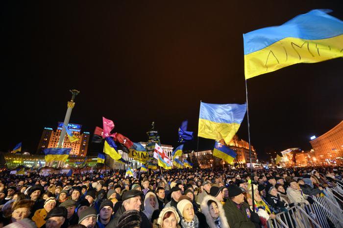 На Майдане в Киеве продолжается акция протеста вечером 5 декабря 2013 года. Фото: SERGEI SUPINSKY/AFP/Getty Images