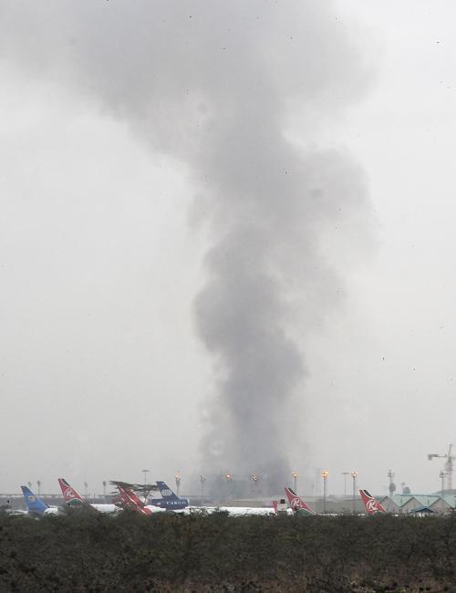 Пожар в главном международном аэропорту Кении в столице Найроби 7 августа 2013 года. Фото: SIMON MAINA/AFP/Getty Images