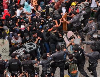 Беспорядки в столице Бралилии Рио-де-Жанейро 7 сентября 2013 года. Фото: YASUYOSHI CHIBA/AFP/Getty Images