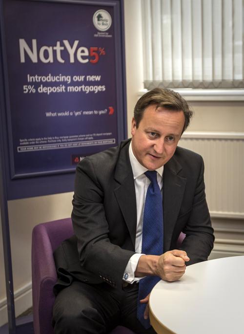 Дэвид Кэмерон провёл процедуру покупки недвижимости по новой схеме предоставления ипотеки «Помочь купить» с первыми покупателями в английском городе Нортгемптон 8 октября 2013 года. Фото: Peter Nicholls - WPA Pool /Getty Images