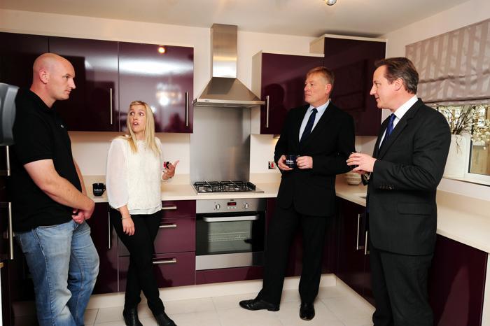 Дэвид Кэмерон провёл процедуру покупки недвижимости по новой схеме предоставления ипотеки «Помочь купить» с первыми покупателями в английском городе Нортгемптон 8 октября 2013 года. Фото: Rui Vieira - WPA Pool /Getty Images