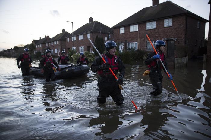Эвакуация людей 12 февраля в Эджеме, Великобритания. Фото: Oli Scarff/Getty Images