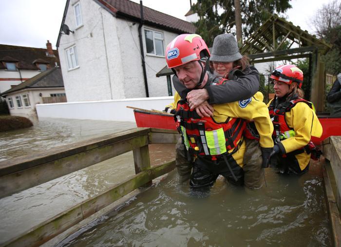 Эвакуация людей 12 февраля в Вресбери (Wraysbury), Великобритания. Фото: Peter Macdiarmid/Getty Images
