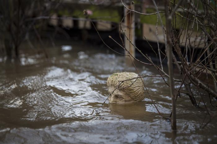Статуя затоплена водой в саду дома в Вустере, Англия. 12 февраля. Фото: Rob Stothard/Getty Images