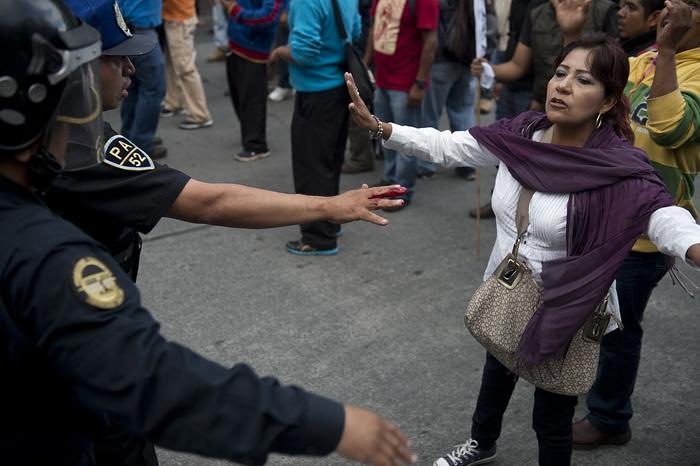 В столице Мексики в среду, 11 сентября, прошли протесты работников сферы образования, закончившиеся стычкой с полицией, в результате пострадало не менее 15 человек. Фото: YURI CORTEZ/AFP/Getty Images
