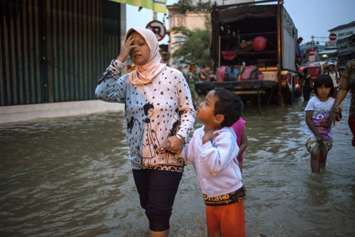 В столице Индонезии 13 января 2014 года дома покинули более пяти тысяч человек, эвакуация продолжается и сегодня. Фото: Oscar Siagian/Getty Images