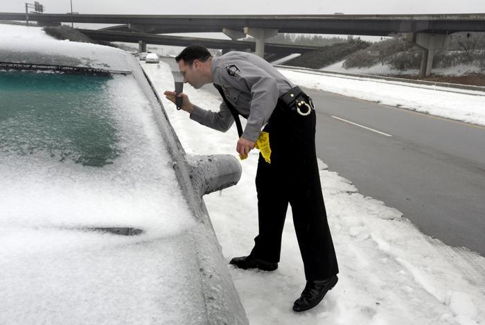 Сотни автомобилей были оставлены на ночь 13 февраля около Северной Каролины, когда автомобилисты попали в ледовые условия. Фото: Sara D. Davis/Getty Images