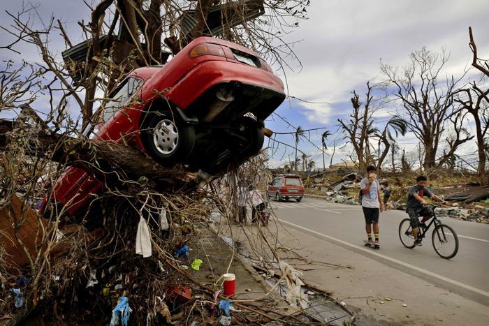 На Филиппинах проходят спасательные работы после супертайфуна «Хайян», который оставил разрушительный след в нескольких провинциях. Фото: Kevin Frayer / Getty Images