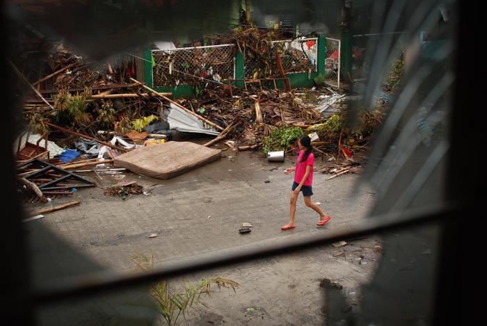 На Филиппинах проходят спасательные работы после супертайфуна «Хайян», который оставил разрушительный след в нескольких провинциях. Dondi Tawatao / Getty Images