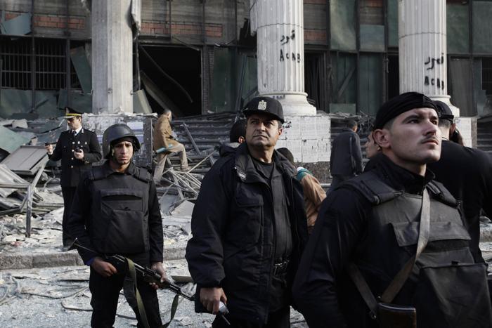 В первый день референдума по принятию новой конституции 14 января у здания столичного суда взорвалась бомба, раненых и погибших нет. Фото: Ed Giles/Getty Images