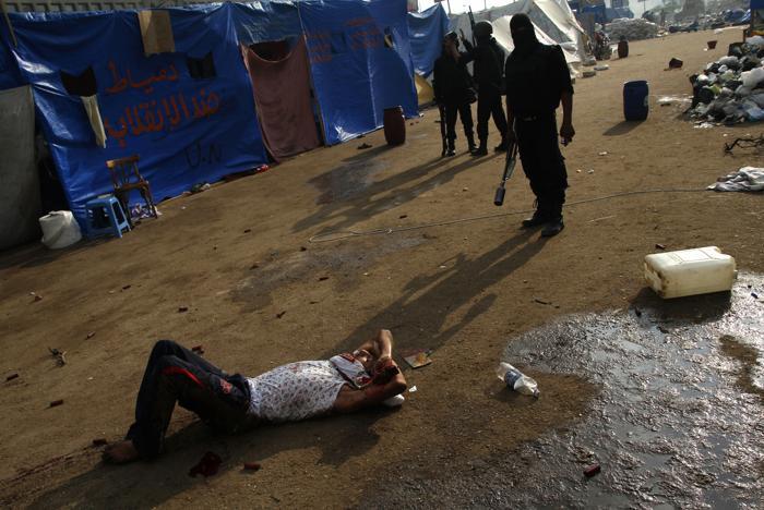 Военные разогнали палаточный лагерь сторонников Мухаммеда Мурси в центре Каира утром 14 августа 2013 года, что привело к столкновениям и сотням погибших. Фото: MOHAMMED ABDEL MONEIM/AFP/Getty Images