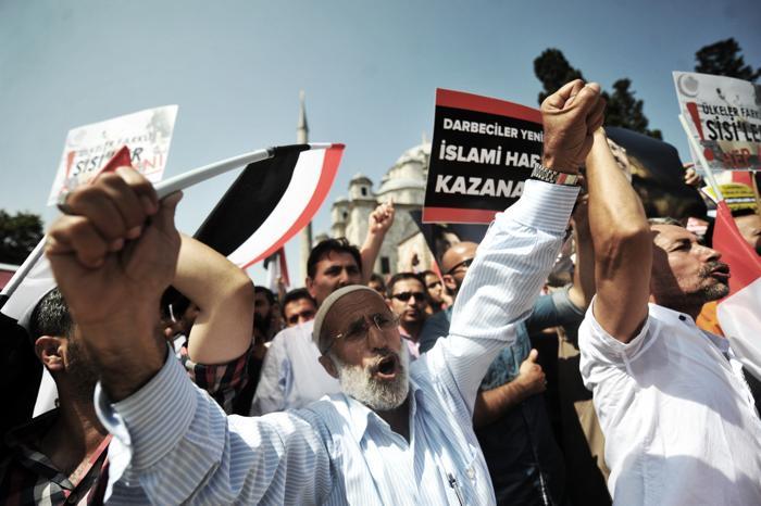Военные разогнали палаточный лагерь сторонников Мухаммеда Мурси в центре Каира утром 14 августа 2013 года, что привело к столкновениям и сотням погибших. Фото: OZAN KOSE/AFP/Getty Images