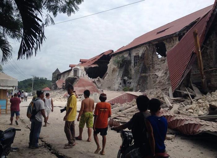 Крупное землетрясение магнитудой 7,1 прошло на Филиппинах 15 октября 2013 года. По меньшей мере 20 человек погибли, обрушены здания, людей всё ещё достают из-под завалов. Фото: Robert Michael Poole/AFP/Getty Images