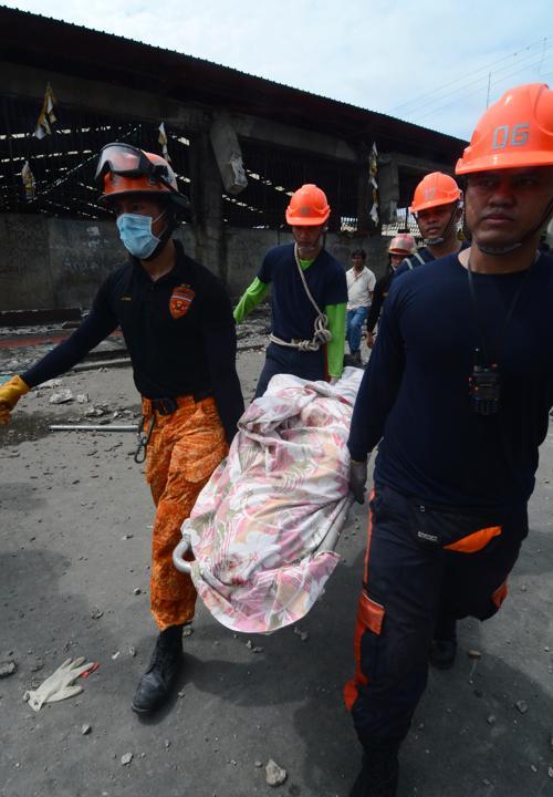 Крупное землетрясение магнитудой 7,1 прошло на Филиппинах 15 октября 2013 года. По меньшей мере 20 человек погибли, обрушены здания, людей всё ещё достают из-под завалов. Фото: STR/AFP/Getty Images