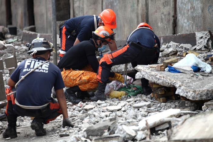 Крупное землетрясение магнитудой 7,1 прошло на Филиппинах 15 октября 2013 года. По меньшей мере 20 человек погибли, обрушены здания, людей всё ещё достают из-под завалов. Фото: Chester Baldicanto/AFP/Getty Images