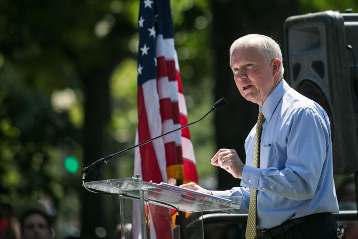 Сенатор от штата Алабама Джефф Сешнс выступил на митинге против нелегальной иммиграции у Капитолия 15 июля 2013 года. Фото: Drew Angerer/Getty Images