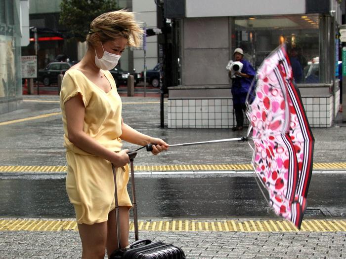 Тайфун в Токио, 16 сентября 2013 года. Фото: YOSHIKAZU TSUNO/AFP/Getty Images
