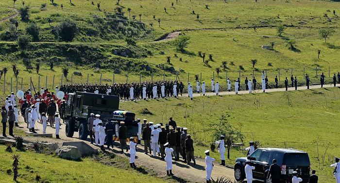 Похоронная процессия с телом Нельсона Манделы в деревне Куну 15 декабря 2013 года. Фото: CARL DE SOUZA/AFP/Getty Images