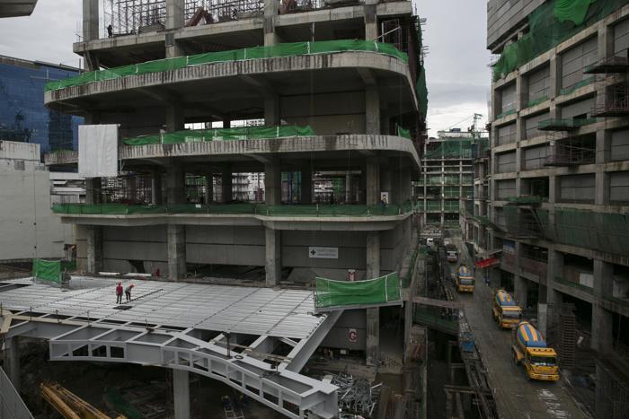 Строительство огромного торгового комплекса в Бангкоке, 16 августа 2013 года. Фото: Paula Bronstein/Getty Images