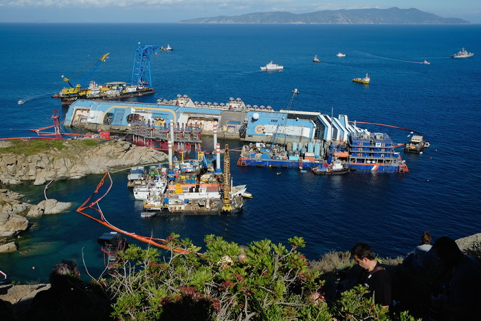 В Италии завершилась операция по подъёму круизного лайнера Costa Concordia c рифов, на которых он пролежал 20 месяцев, 16 сентября 2013 года. Фото: Marco Secchi/Getty Images