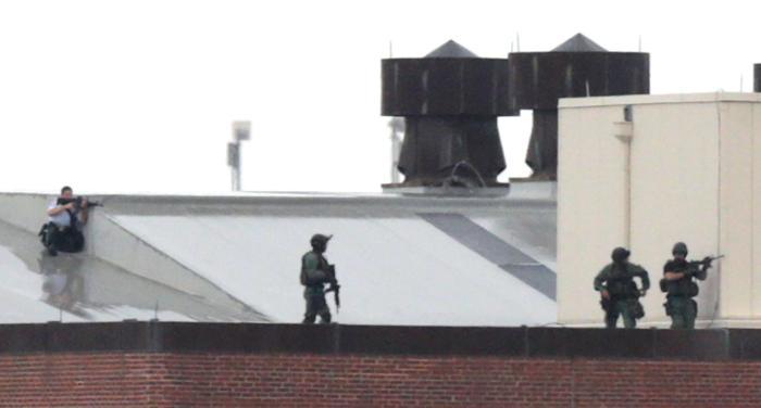 В столице США несколько человек утром 16 сентября открыли стрельбу в здании штаба ВМС. В результате погибло 13 человек, в том числе один из стрелков, несколько человек получили ранения. Фото: Win McNamee/Getty Images