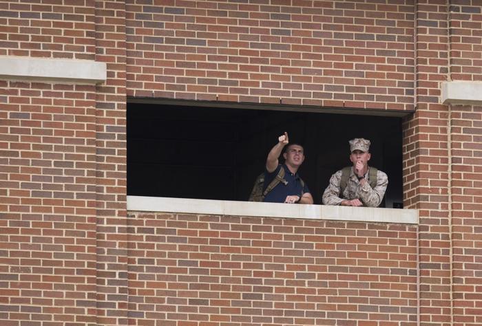 В столице США несколько человек утром 16 сентября открыли стрельбу в здании штаба ВМС. В результате погибло 13 человек, в том числе один из стрелков, несколько человек получили ранения. Фото: SAUL LOEB/AFP/Getty Images