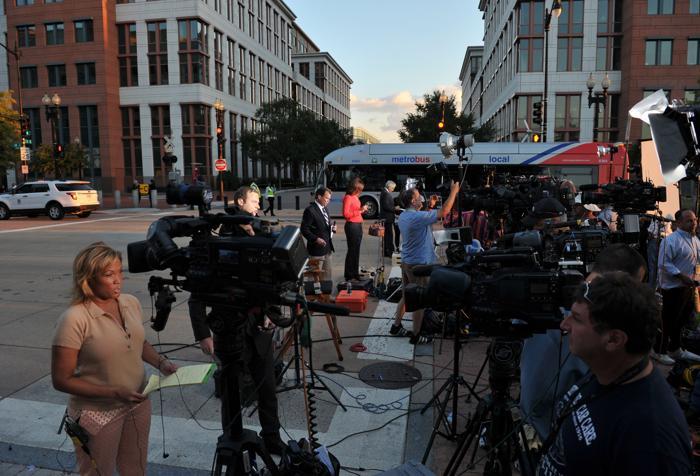 В столице США несколько человек утром 16 сентября открыли стрельбу в здании штаба ВМС. В результате погибло 13 человек, в том числе один из стрелков, несколько человек получили ранения. Фото: MANDEL NGAN/AFP/Getty Images