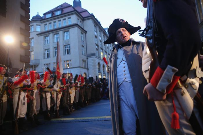 Актёр в роли Наполеона Бонапарта проводит консультации с одним из своих генералов на церемонии открытия празднований 200-летия Битвы народов в Лейпциге, исторического сражения 1813 года. Фото: Sean Gallup / Getty Images