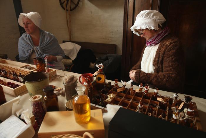 Местные жители в костюмах 19-го века делают духи и масла в воссозданной деревне 1813 года в Лейпциге в дни празднования 200-летия Битвы народов, исторического сражения 1813 года. Фото: Sean Gallup / Getty Images