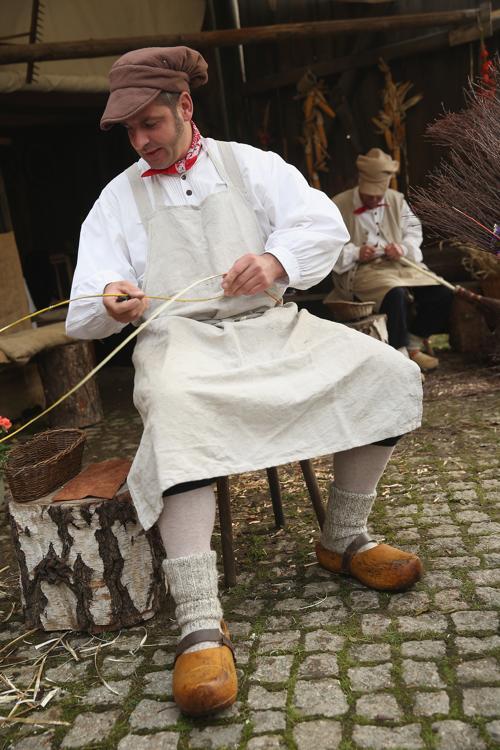 Актёр делает метлу из соломы в воссозданной деревне 1813 года в Лейпциге в дни празднования 200-летия Битвы народов, исторического сражения 1813 года. Фото: Sean Gallup / Getty Images