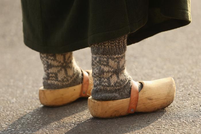 Молодая женщина в одежде 19 века в воссозданной деревне 1813 года в Лейпциге в дни празднования 200-летия Битвы народов, исторического сражения 1813 года. Фото: Sean Gallup / Getty Images