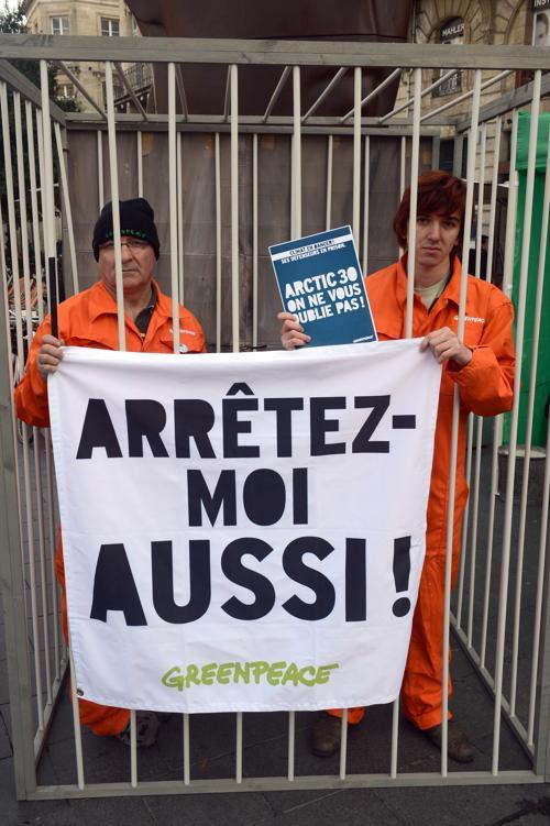 Акции протестов против задержания в России 30 активистов Гринпис прошли 16 ноября 2013 года в Франции. Фото: MEHDI FEDOUACH / AFP / Getty Images