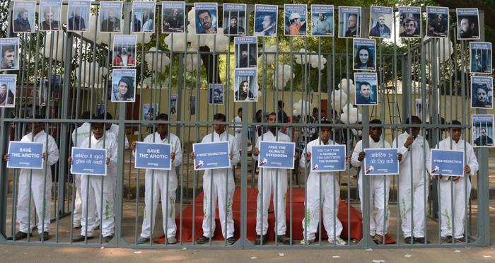 Акции протестов против задержания в России 30 активистов Гринпис прошли 16 ноября 2013 года в Индии. Фото: Raveendran / AFP / Getty Images