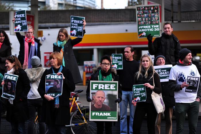 Акции протестов против задержания в России 30 активистов Гринпис прошли 16 ноября 2013 года в Великобритании. Фото: CARL Court / AFP / Getty Images