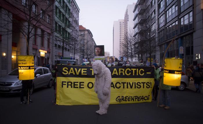 Акции протестов против задержания в России 30 активистов Гринпис прошли 16 ноября 2013 года в Германии. Фото: JOHANNES EISELE / AFP / Getty Images