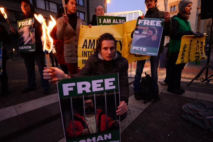 Акции протестов против задержания в России 30 активистов Гринпис прошли 16 ноября 2013 года в Венгрии. Фото: ATTILA KISBENEDEK / AFP / Getty Images
