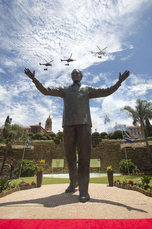 Самый высокий в мире памятник Нельсону Манделе, экс-президенту ЮАР, установили в южноафриканской столице Претории в День единения нации — 16 декабря. Фото: Oli Scarff/Getty Images