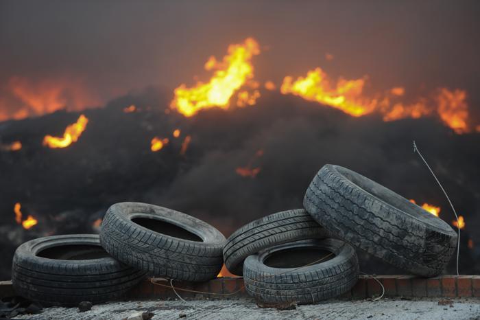 Пожар на шинноперерабатывающем заводе в Северном Йоркшире, Англия, образовал 17 января столб едкого дыма высотой в несколько километров. Фото: Ian Forsyth/Getty Images