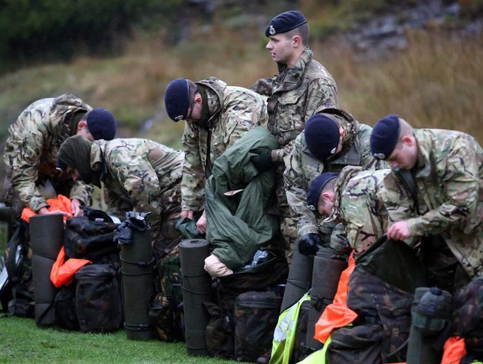 200 курсантов королевской военной академии Сандхерста (Великобриатния) осуществили ряд задач в 36-часовом 50-километровом марше с боевым комплектом 16 октября 2013 года в национальном парке Брекон в Уэльсе. Фото: Matt Cardy / Getty Images