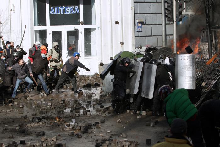 Столкновения в центре Киева между протестующими и полицейскими обострились в понедельник,18 февраля, в результате  чего за сутки были убиты 25 человек и ранены 351 человек. Фото: ANATOLII BOIKO/AFP/Getty Image