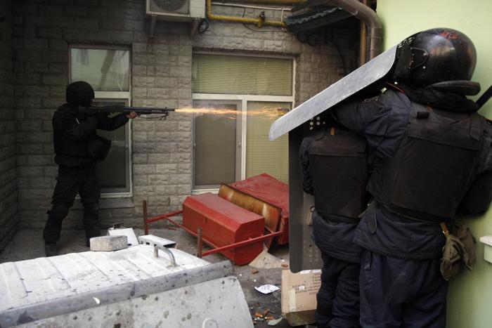 Столкновения в центре Киева между протестующими и полицейскими обострились в понедельник,18 февраля, в результате  чего за сутки были убиты 25 человек и ранены 351 человек. Фото: ANATOLII STEPANOV/AFP/Getty Images