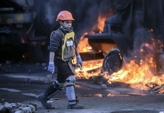 Мальчик из оппозиций на месте противостояний полиции и протестующих в центре Киева 18 февраля 2013 года. Фото: ANDREW KRAVCHENKO/AFP/Getty Images