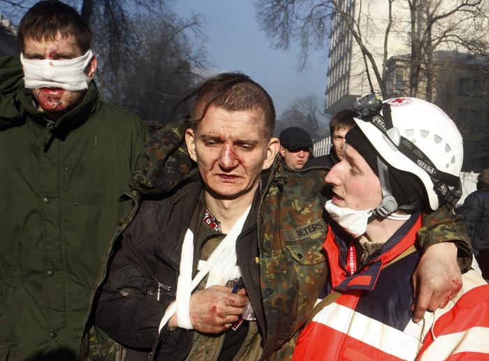 25 убитых и 351 человек ранен за сутки с 18 февраля в центре Киева. Фото: YURY KIRNICHNY/AFP/Getty Images