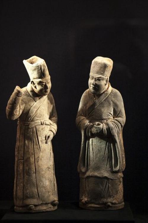 Статуэтки учёных-чиновников из серой керамики династии Сун, галерея Дж. Дж. Лалли, Нью-Йорк, 12 марта, 2014. Фото: Samira Bouaou/Epoch Times
