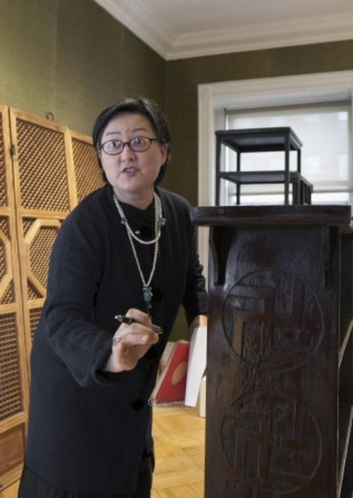 Цзиюн Ко, арт-дилер корейского искусства, объясняет символизм буддийских мотивов, изображённых на полке, Нью-Йорк, 12 марта, 2014. Фото: Samira Bouaou/Epoch Times