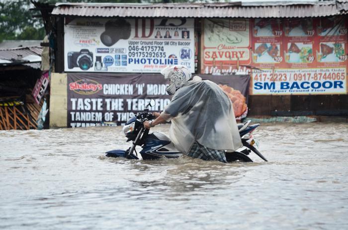 Тропический шторм «Трами» привёл к наводнению в столичном регионе Филиппин, погрузив под воду большие территории 4-х провинций, 19 августа 2013 года. Фото: Dondi Tawatao/Getty Images
