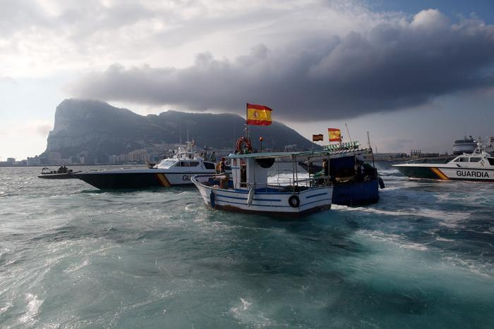 Рыбацкие лодки и полиция Гибралтара во время акции протеста испанских рыбаков в море, недалеко от границы Испании и Гибралтара, 18 августа 2013 года. Фото: Blazquez Домингес/Getty Images